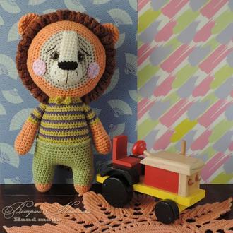 Лев в полосатой футболке вязаная  игрушка