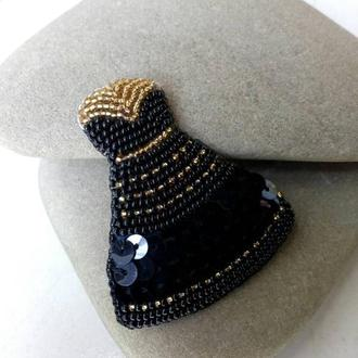 Вышитая брошка Маленькое чёрное платье Брошь из бисера Подарок девушке Чёрное платье к праздникам