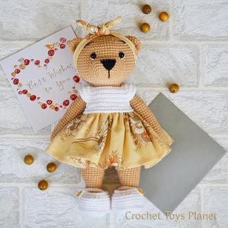 В'язана іграшка ведмедиця