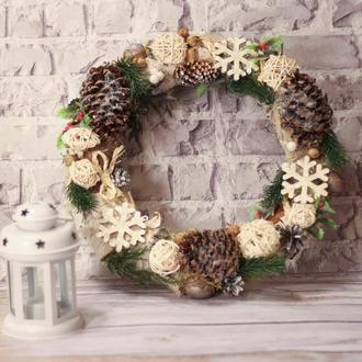 Новогодний венок в экостиле с большими шишками и деревянными снежинками