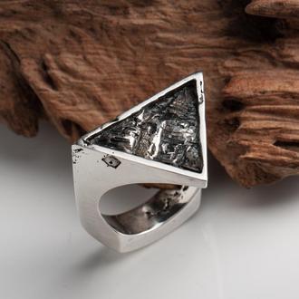 Кольцо треугольное со скалистой текстурой