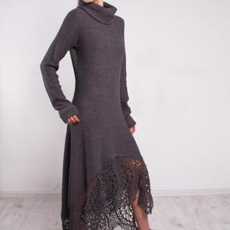 Серое вязаное ажурное макси платье