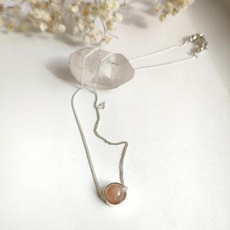Серебряное украшение на шею с персиковым лунным камнем