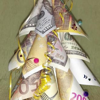 Елка из сувенирных денежных купюр