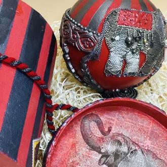 новогодняя игрушка, интерьерный шар Слон в коробе.