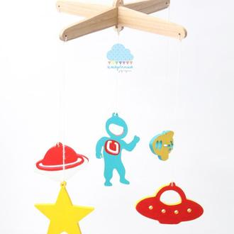 Астронавт. Дерев'яний мобіль у ліжечко. Подарунок новонародженному. Декор дитячої. Космічний мобіль