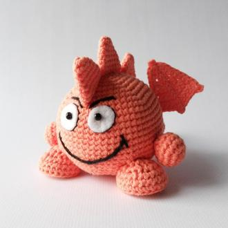 Яркая вязаная игрушка смайл дракон