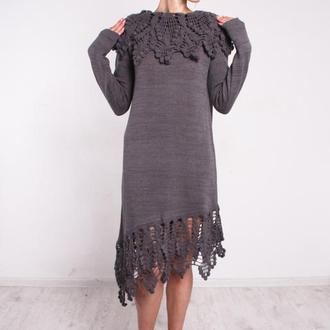 Серое вязаное вечернее платье с кружевным воротом и ажурной каймой