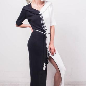 Черно-белое вязаное макси платье с капюшоном