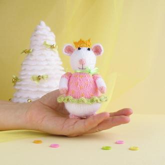 Мышка-ягодная принцеса. Веселая игрушка вязаная на спицах.