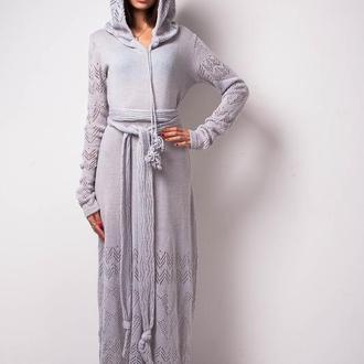 Серое вязаное шерстяное ажурное платье с капюшоном