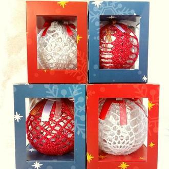 Новогодние шары в праздничной коробке