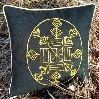 Декоративная вышитая подушка