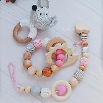 Подарочный набор для малышки. Гызунок/погремушка, деражатель для соски/пустышки + грызунок кольцо
