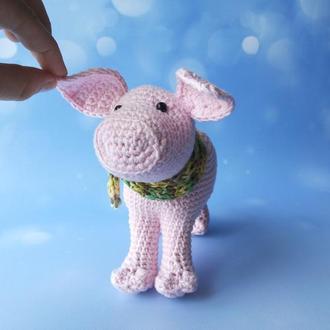 Розовый поросенок в шарфике