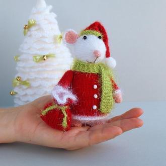 Мышка - вязанная спицами игрушка в костюме деда Мороза.