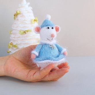 Мышка - снегурочка новогодняя игрушка связа спицами.