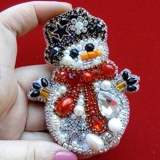 Зимняя, волшебная брошь снеговик для новогоднего настроения и привлечения счастья