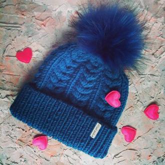 Теплая шапка с натуральным помпоном (енот)