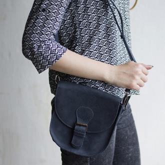 Компактная кожаная сумка на плече синяя