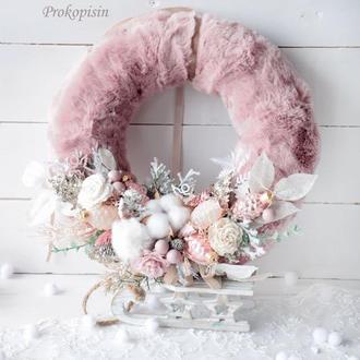 Новорічний вінок в розовому кольорі з хутром.