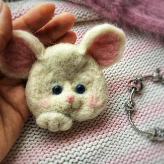 "Брошь ""Белая мышка"""