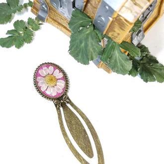 Металлическая Закладка для книг  с натуральными цветами ромашки в ювелирной смоле