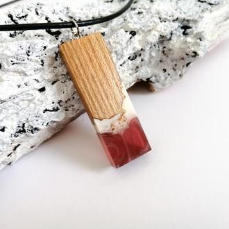 Кулон для девушки из ювелирной смолы и древесины вяза