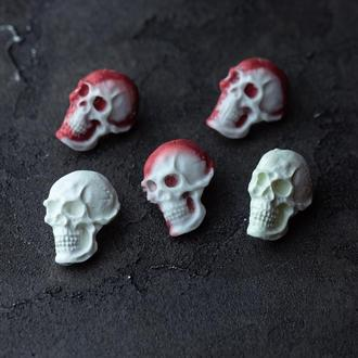 Брошь череп из эпоксидной смолы