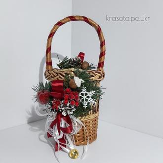 Корзинка натуральна на Водохреща з гілочками штучної хвої та червоним декором