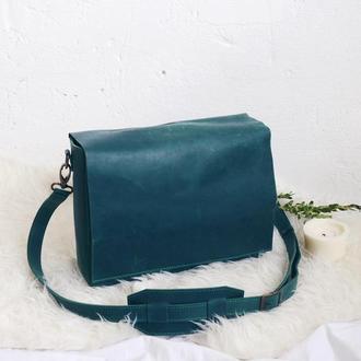 Зеленая кожаная сумка на плечевом ремне