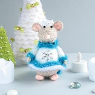 Новогодняя вязаная игрушка мышка-снежная королева.