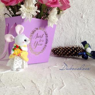 Новогодняя елочная игрушка текстильная мышка с колокольчиком в подарочной упаковке
