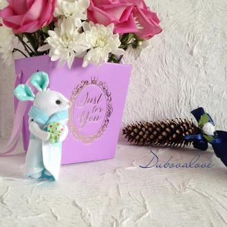 Новогодняя елочная игрушка текстильная мышка с леденцом в подарочной упаковке