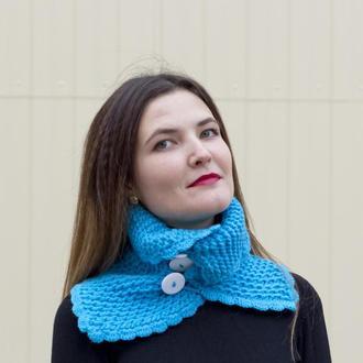 Вязаный шарф-снуд насыщенного голубого цвета