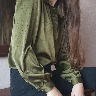 Блузка в горошек цвета хаки.