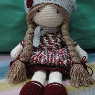 Кукла в берете вязаная