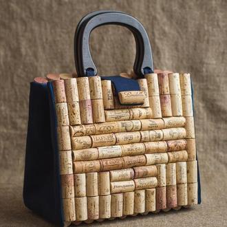 Сумка из пробки с деревянными ручками и ремешком через плече.