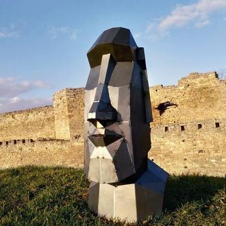 Полигональная фигура из металла. Скульптура Моаи. Голова с острова Пасхи