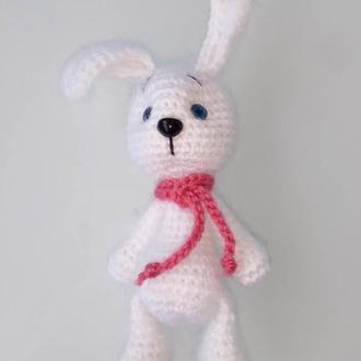 Зайчик белый с голубыми глазками в розовом шарфе