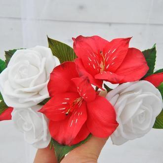 Заколка с цветами белые розы и красные лилии.Свадебное украшение с цветами