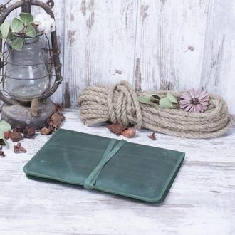 Зеленый кожаный чехол для ноутбука на ремешке