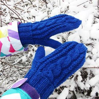 Синие теплые зимние вязаные варежки с косами