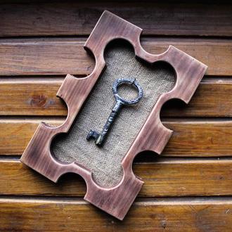 Декоративная фигурная рамка со старинным ключем