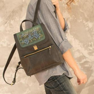 Темно-синий кожаный рюкзак женский с росписью ягоды голубики