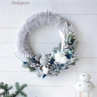 Новогодний венок с мехом в сине-серебряном цвете.