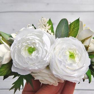 Свадебный гребень с белыми цветами Белые ранункулюсы фрезии и эвкалипт