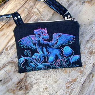 Джинсовая маленькая модная сумочка для девочки с драконом.