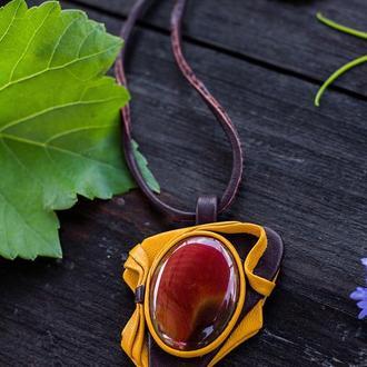 """кулон """"Осенний вальс"""" из натуральной кожи и камня сердолика"""