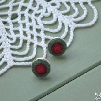 Маленькие серьги-гвоздики с цветочной вышивкой